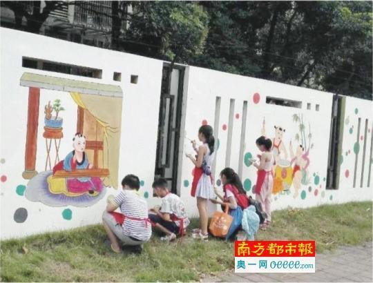 康乐社区志愿者手绘核心价值观文化墙