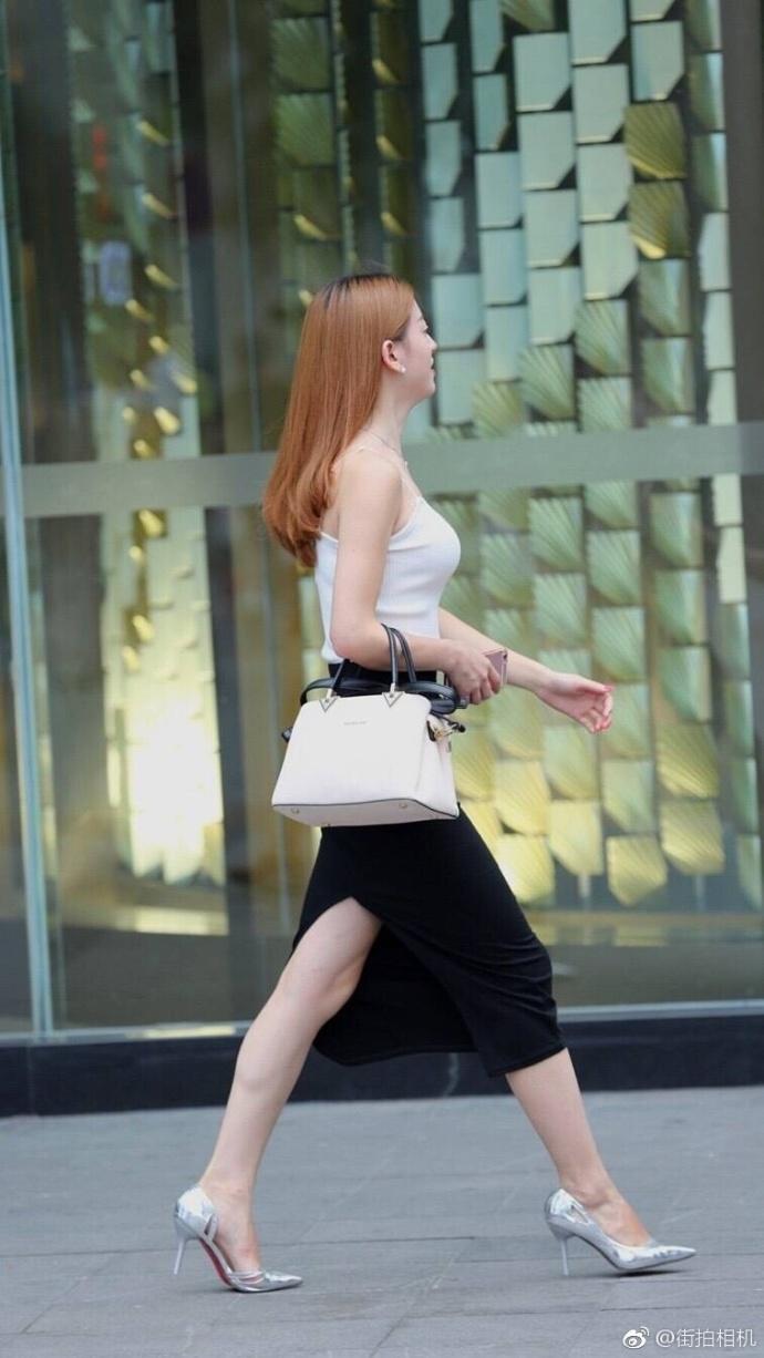 街拍黑色紧身裙的高跟鞋美女 3