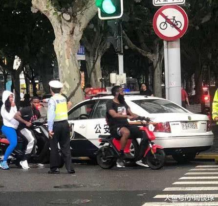 哈登在上海街头违规骑行电动自行车, 疑似被交警扣押车辆(图1)