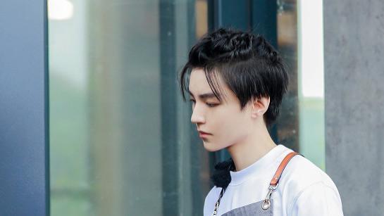 王俊凯最新杂志照出炉,《中餐厅》收官季看又帅又有梗的少年