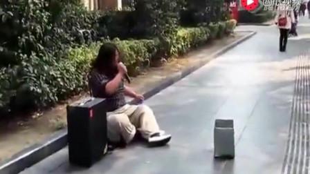 大城街头惊现 乞丐 歌手图片