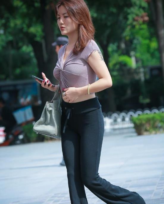 街拍: 紧身打底裤的魅力有多大, 爱健身的男女都懂