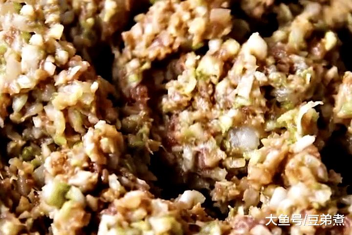 白菜饺子好吃有诀窍,馅料里加点它,鲜香味美,比肉丸饺子还香