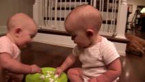 双胞胎宝宝分享棉花糖, 看了半天, 也没看出他俩有啥区别