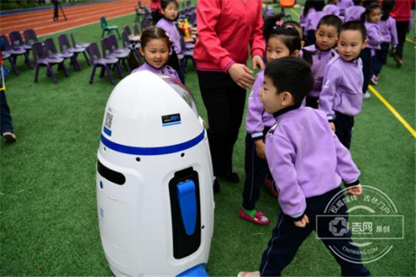 小胖机器人现身长春幼马预赛 同小选手赛道奔跑齐冲刺的最新相关消息