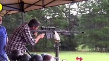 男子雨天试射巴雷特M82A1狙击步枪,枪身冒烟这是要火的节奏