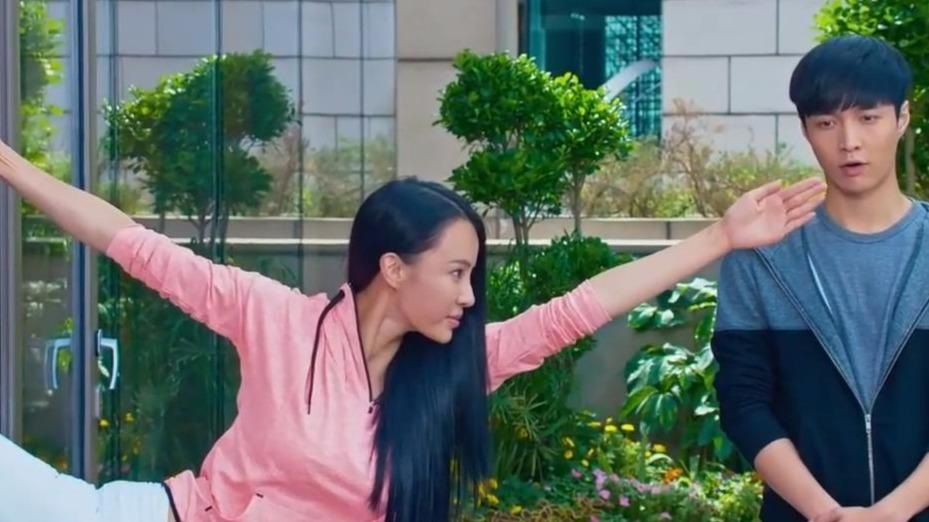 张艺兴母其弥雅和印度美女学瑜伽成龙也来露一手