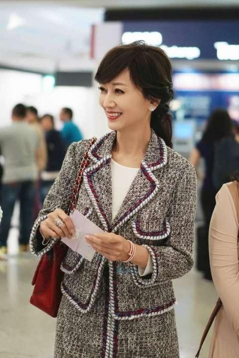 不老女神赵雅芝机场街拍逆生长, 绑带高跟鞋时尚的不像63岁, 网友: 明