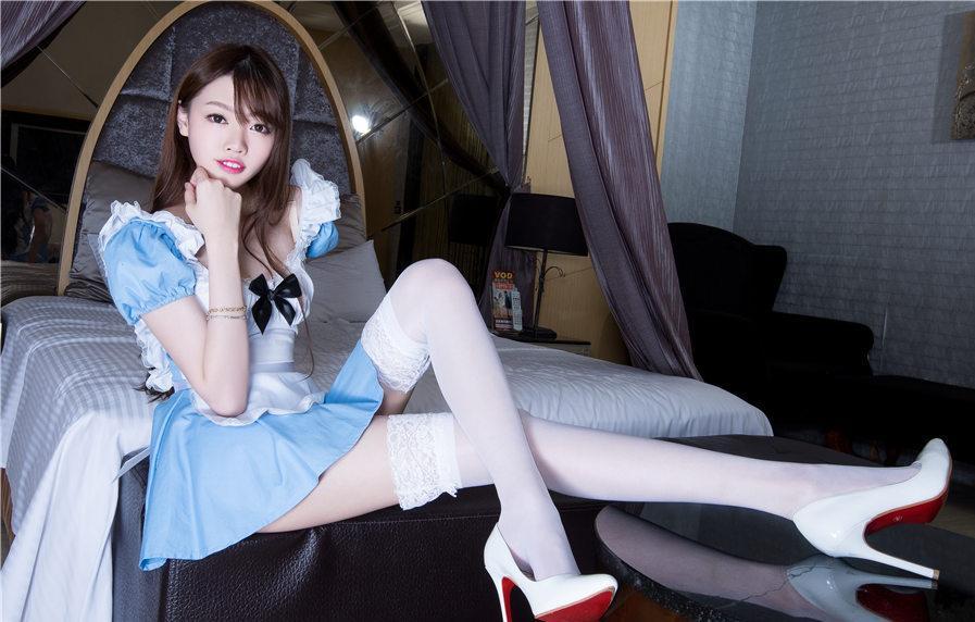 蓝色花边连衣裙配牛奶白蕾丝袜, 加上白色高跟鞋更显魅力时尚