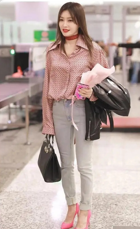秦岚又美出了新高度! 一身清凉打扮现身机场, 被网友称赞为初恋女神(图3)