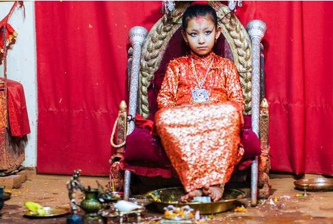 """尼泊尔的""""活女神"""": 退位前受万人敬仰, 退位后生活却过得很凄惨"""