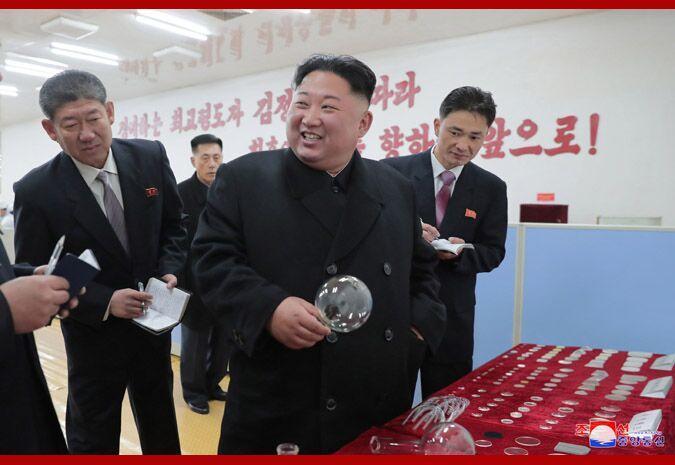 金正恩视察玻璃厂 称赞产品呱呱叫