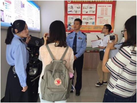 民警陈聪向记者介绍电动车防盗器的安装位置