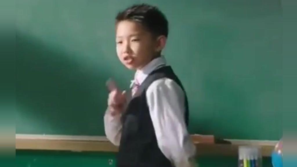 小明模仿老师上课,老师: 滚出去!