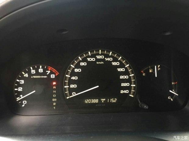 很普通的仪表盘,档位显示在转速表一侧,这辆七代半雅阁已经行驶了12万