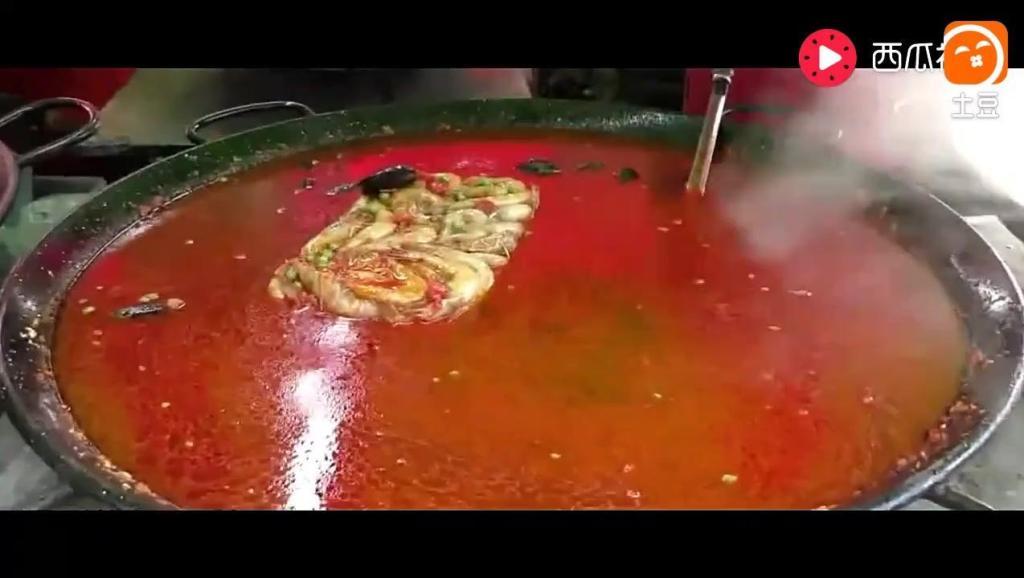 四斤大冻虾直接往锅里下,这么霸气的街头小吃你见过么
