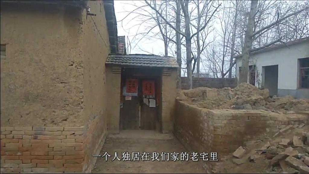 70岁农村孤寡老人的春节,放了一大盘鞭炮,炸酥肉肥肉塞满冰箱