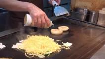这就是日本大厨和中国大厨的区别,炒个担担面手艺立分高下!