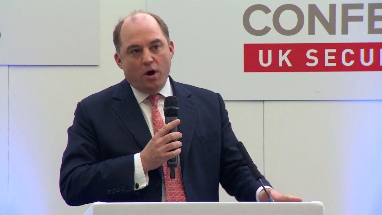 """英国安全大臣警告: 基地组织正在""""复兴"""" 可能在欧洲袭击客机"""
