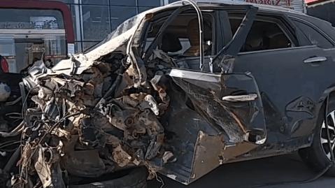 众泰汽车被撞成这样安全气囊都没弹出,4s店却说撞击力度还不够!