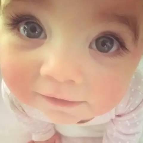 小宝宝们的瞳孔一般都很大,尤其是那些可爱的外国宝宝