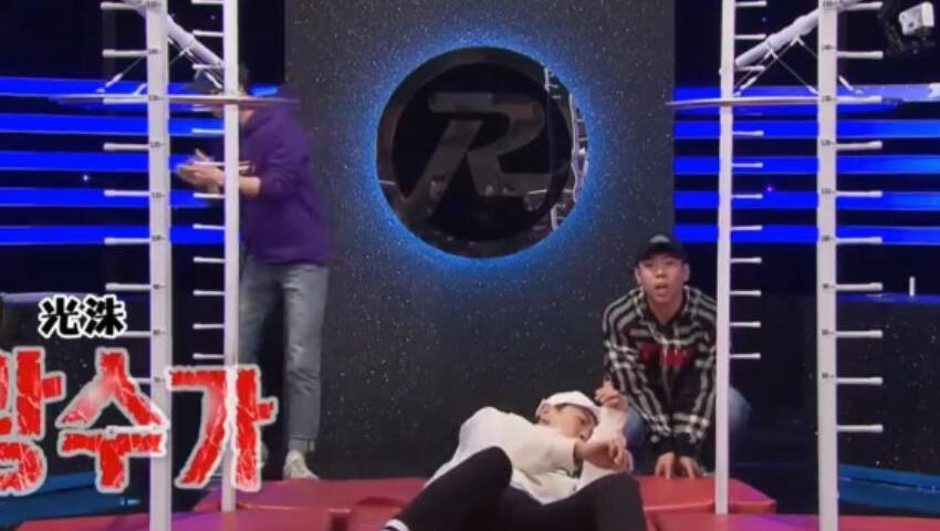 Running Man 梁世赞、李光洙你确定你们两个不是来搞笑的?搁着玩蛇呢?
