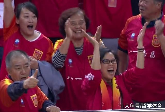 八一队赢了! 观众起立鼓掌欢呼, 球员撞肩庆祝 王治郅指出取胜原因