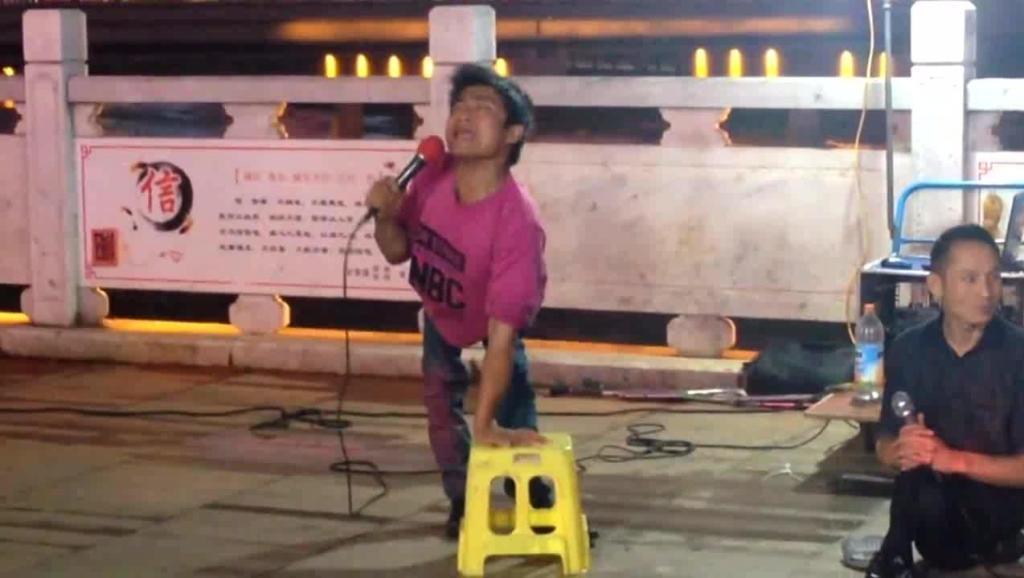 街头艺人身残志坚,一首《老大》唱出对生活的渴望,比原唱还好听