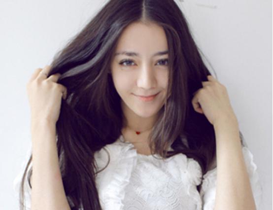 迪丽热巴与陈伟霆假期同游疑似爱情曝光。