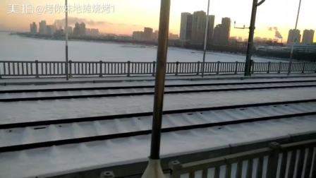 哈尔滨松花江江面已经被冰雪覆盖,左边是道外,右边是道理大家