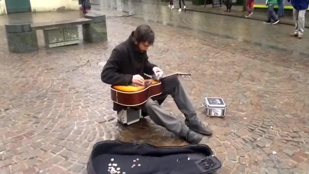 美国街头艺人,喝多了拿起酒壶弹吉他,路人听入迷了