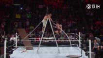 wwe WWE两位世界冠军强势pk!为了夺冠,舞台都敢拆!