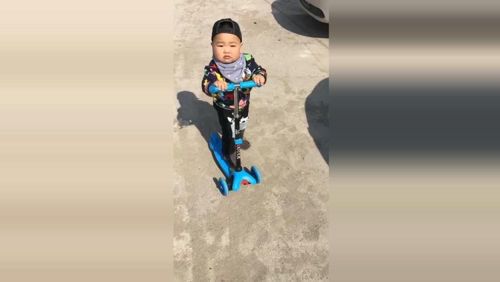 小胖墩自己玩溜溜车,接下来小胖墩的反应太可爱了!