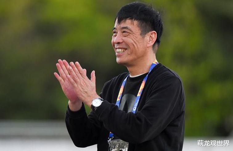 几乎整场一直都是站在场边,陈戌源观看比赛时,东体,很开心地观看完了整场比赛,多次鼓掌(图3)