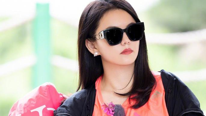 """""""阔太""""李湘终于瘦了,穿一身黑戴墨镜好霸气,下巴变尖锁骨明显"""