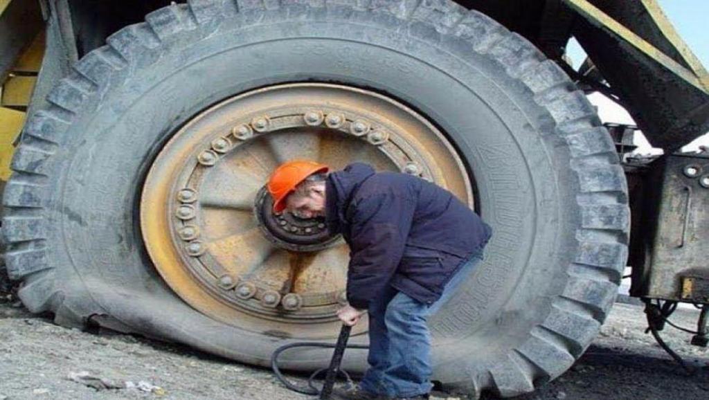 牛人给巨大的轮胎充气,这个方法太神奇了,一般人不敢弄