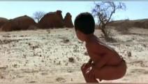非洲鬣狗,追着小孩不放,这小孩用一样东西竟然可以吓退二哥