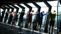 这座摩天楼有玄机,让人悬挂在310米层窗户上,你敢试试吗?