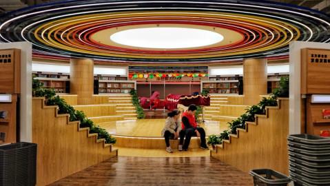 这个书店的定位在于创新和童趣,所以每逢周末和假期,会有很多亲子前来