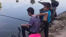 这熊孩子脾气真大,一脚把在钓鱼的爸爸踹下去!