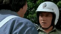 洪金宝开车闯红灯被警察成龙查,成龙居然连洪金宝的面子都不给