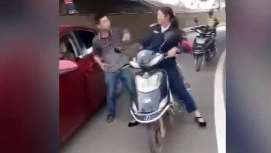 路怒男下车殴打骑车女子 结果反被暴打 当场怀疑人生