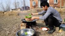 农村小伙就地取材,野外自制排骨火锅,掀起锅盖时口水都流出来了