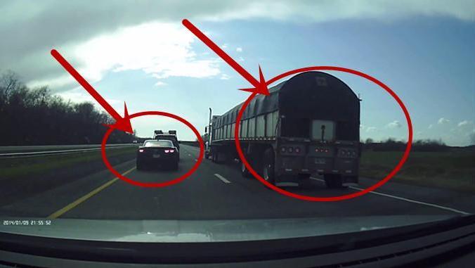 高速路皮卡车不让行,最后激怒雪佛兰司机,监控拍下可怕的一幕