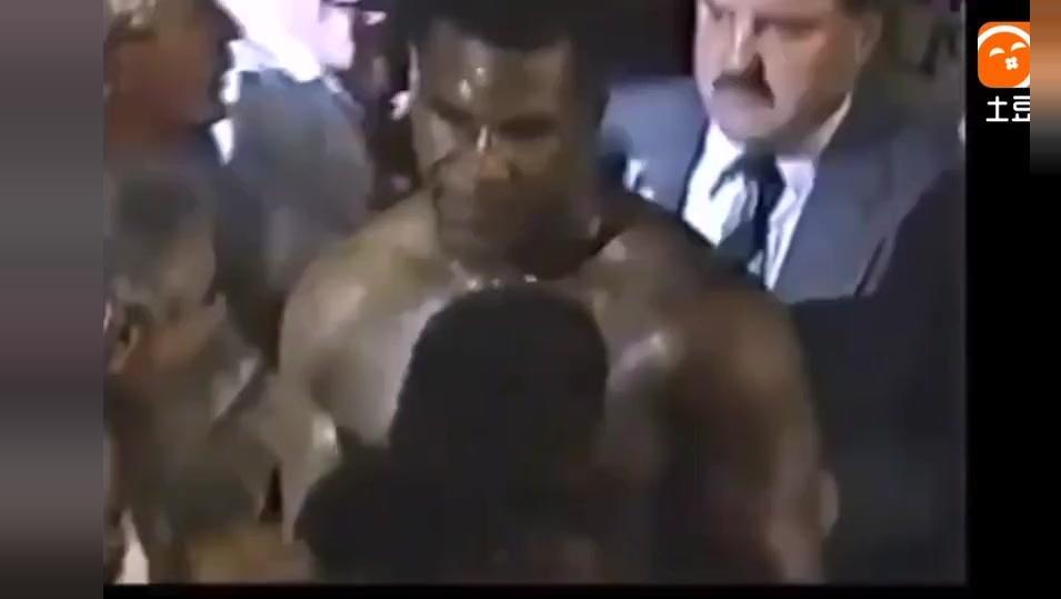 嚣张拳手用眼神挑衅泰森,泰森默默看他装完逼,接下来太残暴!