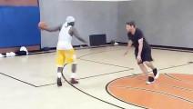 篮球这么打才好看,假动作做的太假了,不敢相信是真的