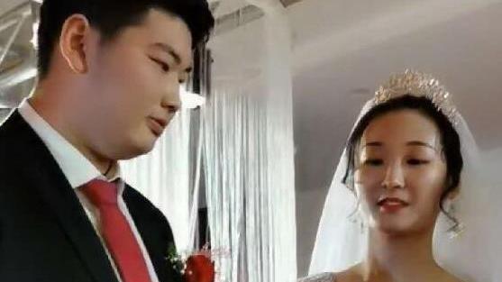 网红大衣哥儿子结婚,本尊激动献唱4首歌,数十万人线上围观