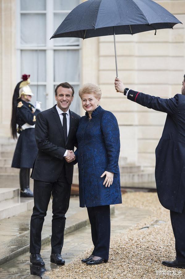 大25岁老婆布丽吉特一直被他宠爱,马克龙和斯洛伐克总统会面时,识趣地后退两步保持距离(图5)
