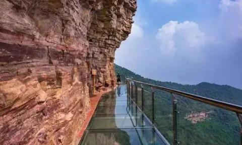 玻璃栈道坐落于京娘湖景区最高处宋祖峰上云中寺的后方,海拔高度920