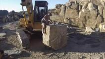 挖机老板悬赏500碎此巨石,农村牛人用一锤子,5分钟搞定